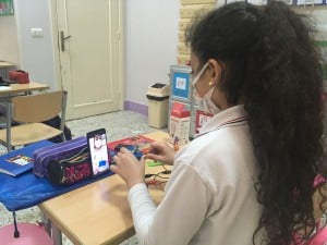Schülerin mit Video